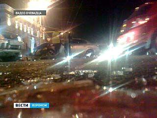 В центре Воронежа не поделили перекресток микроавтобус и иномарка
