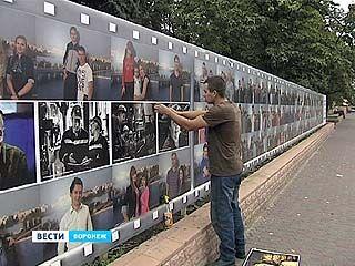 В центре Воронежа появился огромный баннер с улыбающимися горожанами