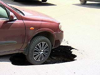 В Воронеже автомобиль провалился под землю