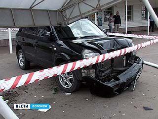 В Воронеже автомобиль врезался в остановку: есть пострадавшие