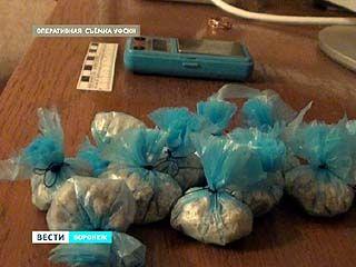 В Воронеже молодая семья распространяла наркотики на прогулке с малышом