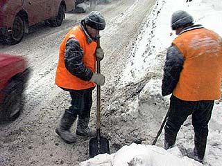 В Воронеже очищают ливнеприемные колодцы