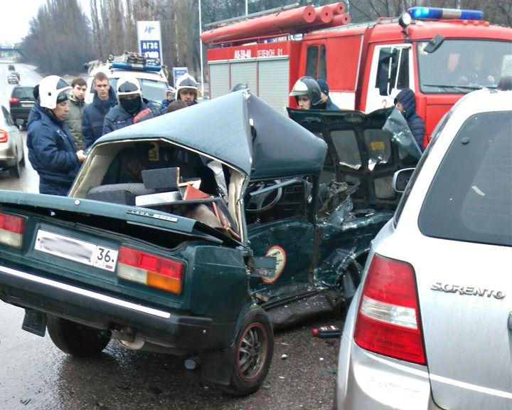 В Воронеже при столкновении двух автомобилей серьёзно пострадала женщина