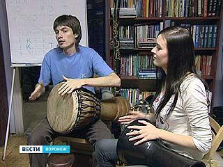 В Воронеже проходят занятия по игре на этнических барабанах