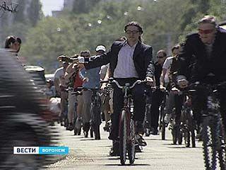 В Воронеже прошел велопробег в деловых костюмах