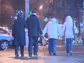 В Воронеже прошёл дождь - тротуары и дороги покрылись ледяной коркой