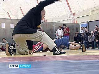 В Воронеже прошло первенство области по греко-римской борьбе