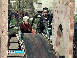 В Воронеже стартовала программа по восстановлению детских площадок