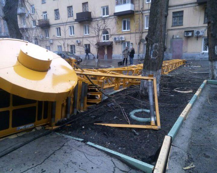В Воронеже строительный кран упал во дворе жилого дома