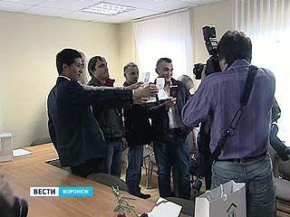 В Воронеже торжественно вручили российские паспорта крымчанам