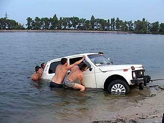 В Воронежском водохранилище чуть не утонул автомобиль