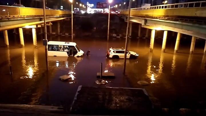 Спасение «утонувшей» в Воронеже маршрутки с пассажирами попало на видео