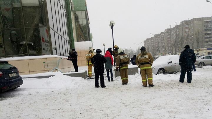 Воронежцы: из-за подозрительного предмета к торговому центру съехались спецслужбы