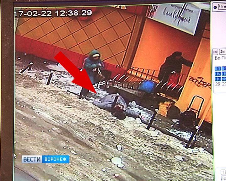 В Воронеже за зданием управления ЖКХ города на женщину обрушилась огромная глыба льда
