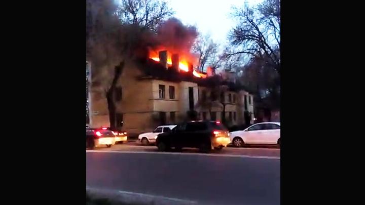 Воронежцы сняли на видео полыхающий заброшенный дом