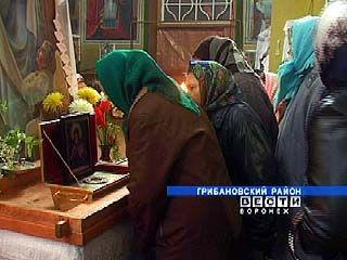 Верующие Грибановки поклонились останкам святителя Митрофана