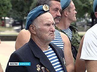 Ветераны ВДВ приняли поздравления под рёв мотора аэропланов над головой