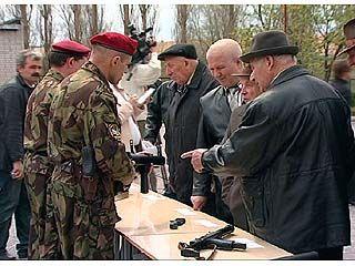Ветераны ВОВ ознакомились с новейшими образцами современного оружия
