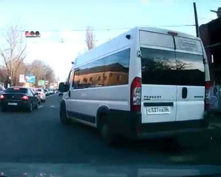 ВИДЕО: в Воронеже очередной маршрутчик-убийца едет на красный светофор прямо на людей