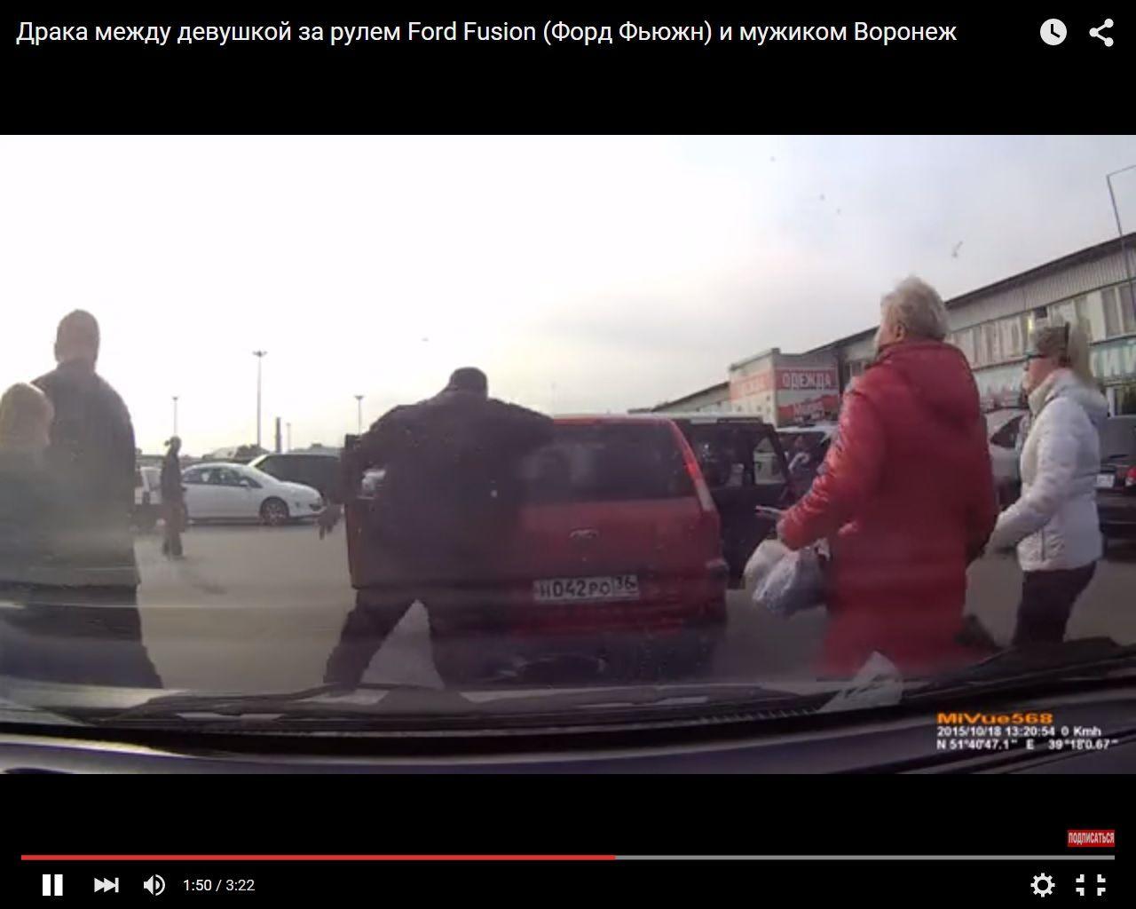 ВИДЕО: После потасовки с женщиной пешеход кулаком разбил стекло её машины