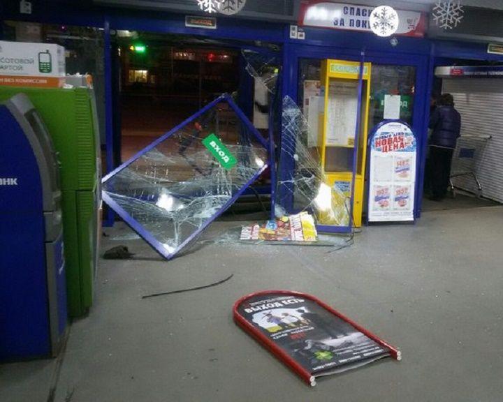 ВИДЕО: последствия и траектория проезда на авто сквозь торговый центр в Воронеже