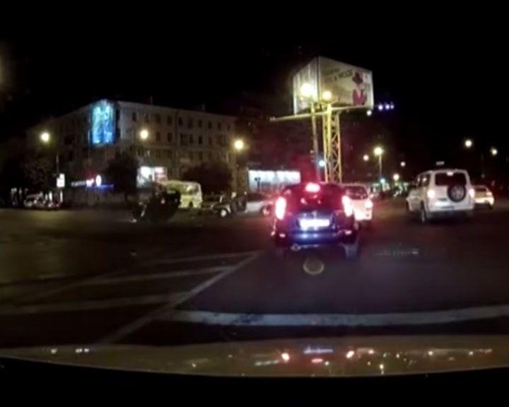 Видео столкновения машин, в результате которого перевернулась «Лада Гранта»