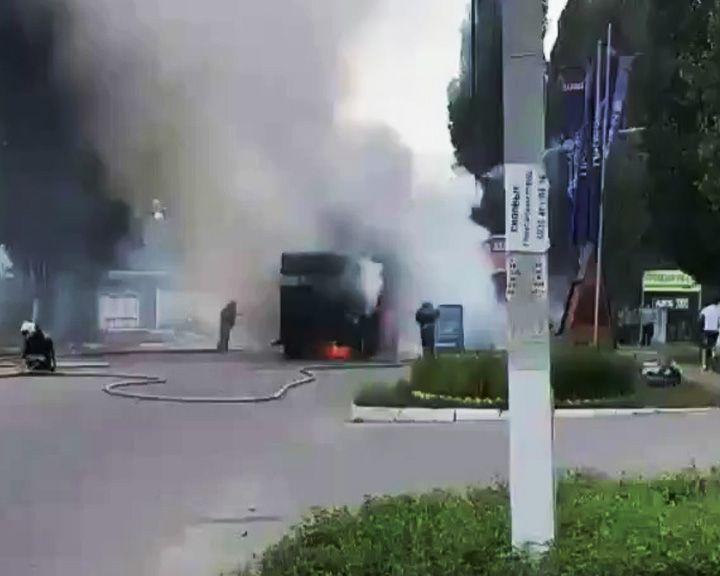 ВИДЕО: В Воронеже из-за горящего на дороге автокрана образовалась пробка