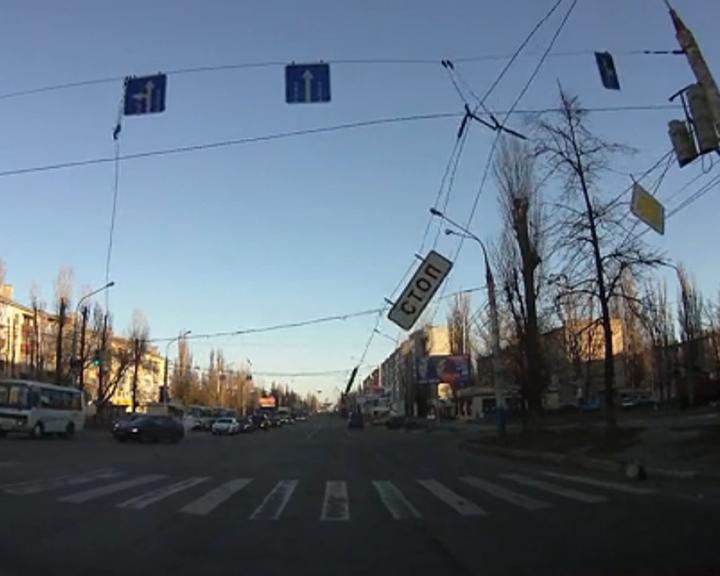 ВИДЕО: В Воронеже манипулятор оборвал троллейбусные провода