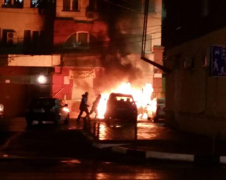 ВИДЕО: В Воронеже сгорел «Mercedes», который ранее мешал ремонту коммуникаций