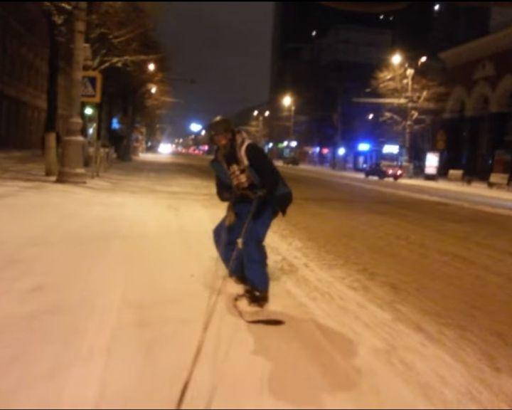 ВИДЕО: Воронежец катался по городу на сноуборде, держась за автомобильный трос