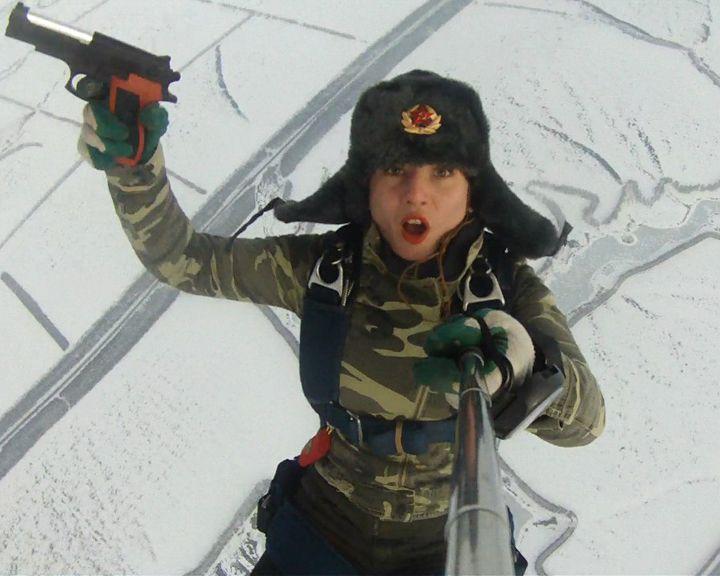 ВИДЕО: Воронежская парашютистка сделала селфи в прыжке с воздушного шара