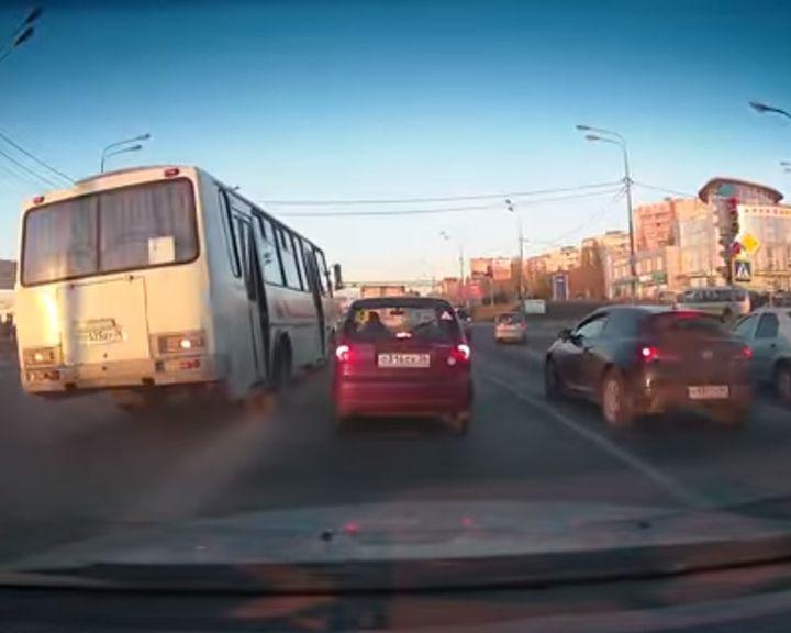 ВИДЕО: Воронежский «маршрутчик» совершил смертельный номер с пассажирами в салоне