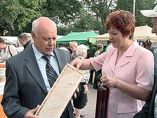 Владимир Ключников посетил медовую ярмарку
