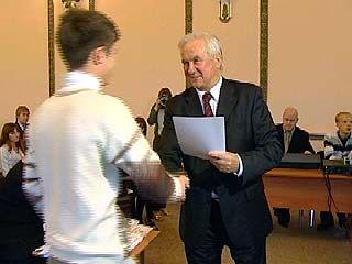 Владимир Кулаков вручил 103 сертификата на дополнительную стипендию