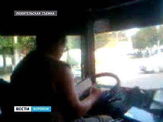 Водитель воронежской маршрутки за рулём читает