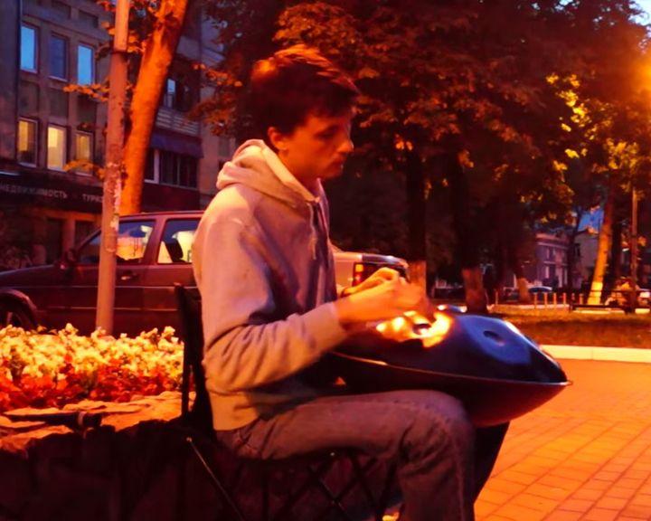 Воронежец «зажёг» фонари игрой на экзотическом инструменте