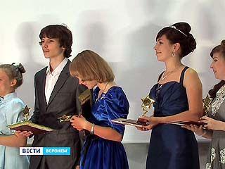 Воронежская гимназия ╧9 выпустила в этом году 25 медалистов