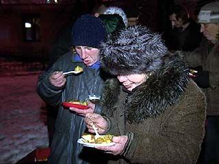 Воронежские бездомные встретили праздники за накрытым столом