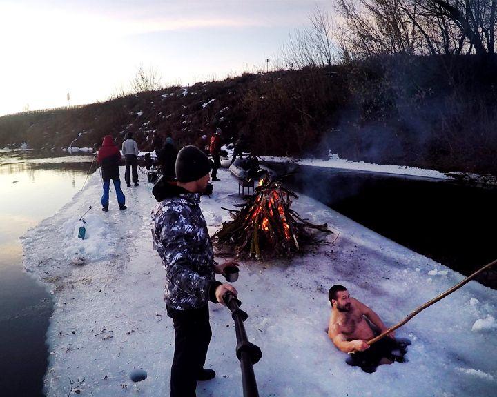 Воронежские экстремалы плавали на льдине и жарили шашлык