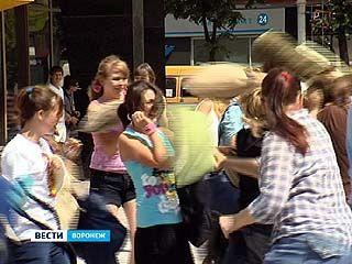 Воронежские флешмоберы устроили в центре города битву на подушках