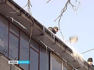 Воронежские коммунальщики вышли на борьбу с сосульками