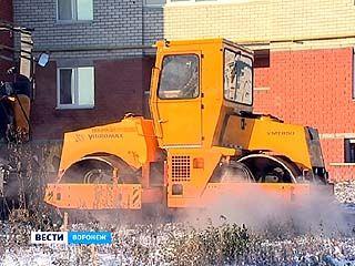 Воронежские подрядчики укладывают асфальт даже по снегу