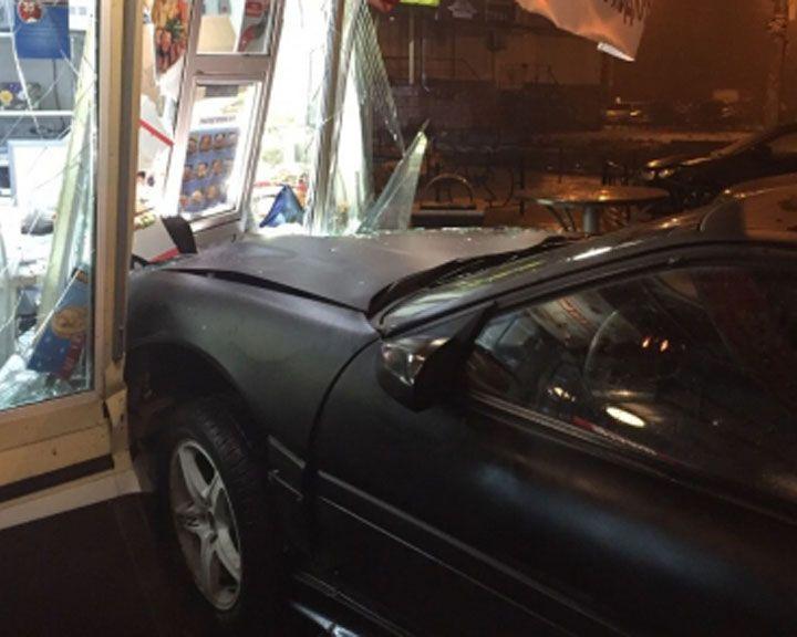 Воронежские полицейские разыскивают водителя, который въехал в киоск фастфуда и скрылся
