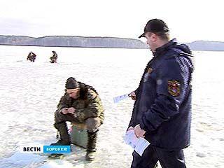 Воронежские спасатели готовятся вытаскивать рыбаков-экстремалов из воды