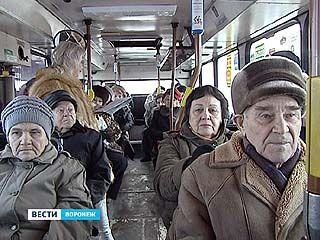 Воронежских ветеранов прокатили по городу