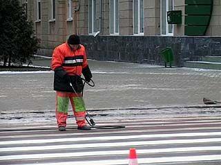 Воронежским дорожникам даже мороз не мешает наносить разметку