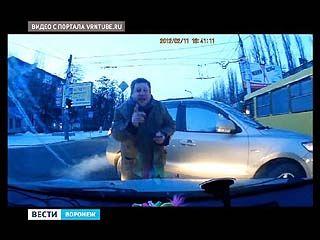 Воронежским водителем, прокатившимся на капоте учебной машины, займется прокуратура