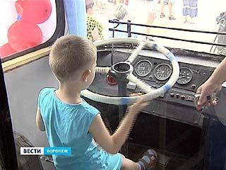 Воронежцев пустили за руль раритетного троллейбуса