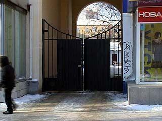 Воронежцы, что живут в домах с арками, все чаще устанавливают на них ворота
