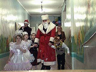 Воспитанники интерната ╧1 поздравят Деда Мороза с днем рождения